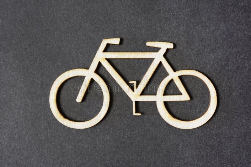 Figure uma silhueta da bicicleta de uma árvore contra um fundo escuro foto de stock