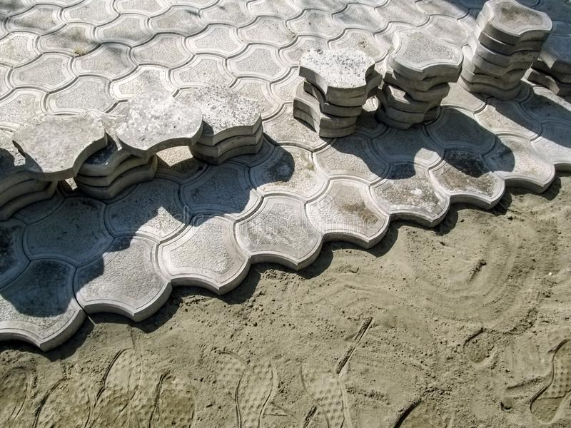 Figured铺路板在干燥沙子水泥混合,与拷贝空间,没人的美好的修造的背景被放置 E 免版税库存照片
