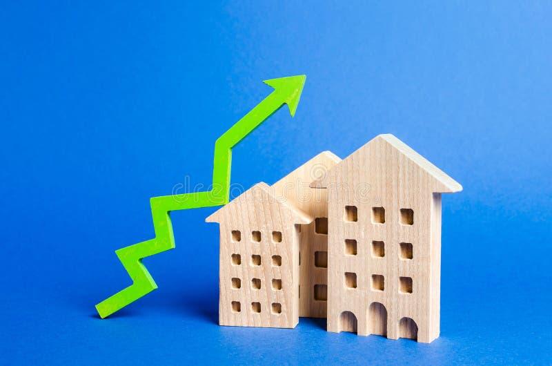 figures des bâtiments résidentiels et de la flèche verte  Valeur et prix en hausse Appartements ? vendre Croissance de la demande image stock