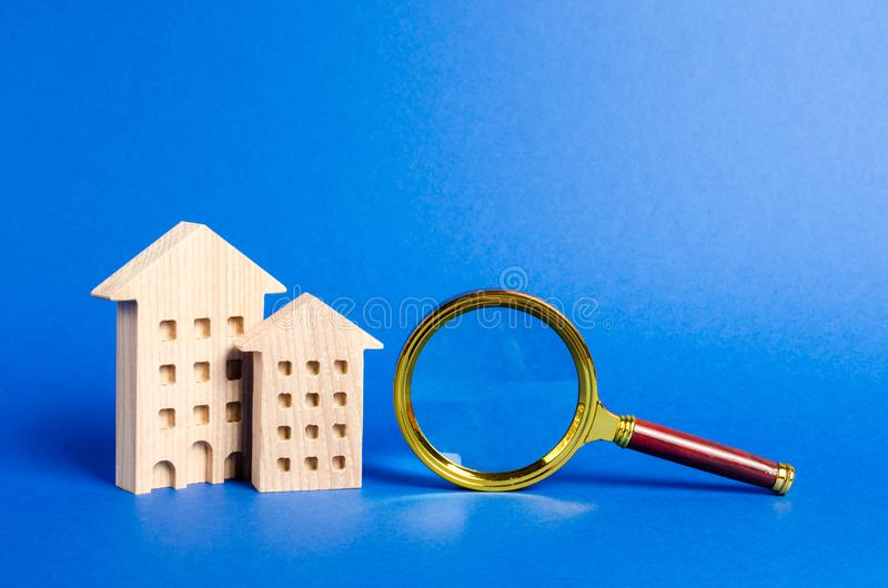 figures des bâtiments résidentiels et de la loupe ?valuation ? la maison ?valuation de propri?t? Services d'agent immobilier pour images libres de droits