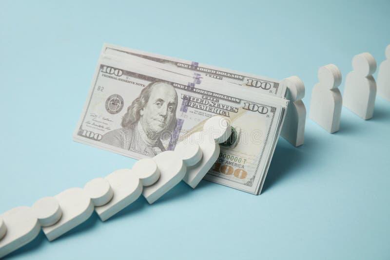 Figures des personnes dans la rang?e, effet de domino Stabilit? financi?re et ?conomique Faillite, accumulation d'argent photo libre de droits