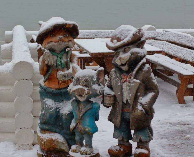 Figures en bois au jour d'hiver Fox, chat et souris photo libre de droits