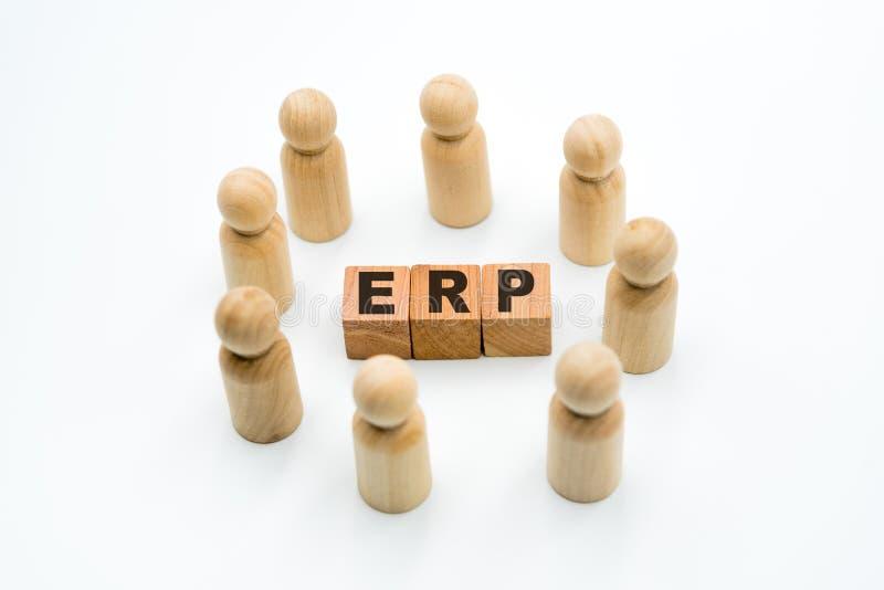 Figures en bois comme équipe d'affaires en cercle autour de la planification de ressource d'entreprise d'ERP d'acronymes photographie stock libre de droits