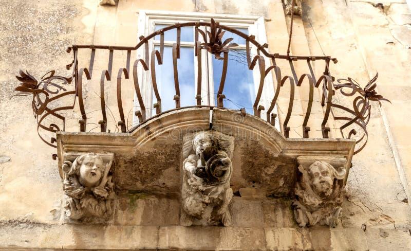 Figures en pierre anthropomorphes sous le balcon du palais de Rocca de La Raguse Ibla Sicile Italie photo stock