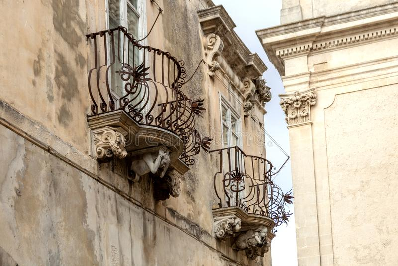 Figures en pierre anthropomorphes sous le balcon du palais de Rocca de La Raguse Ibla Sicile Italie photos libres de droits