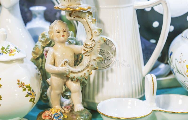 Figurilla de la porcelana del vintage de un muchacho del ángel imágenes de archivo libres de regalías