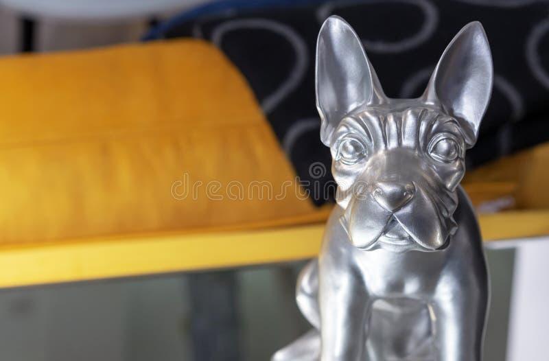 Figurilla de plata de un perro en el interior casero imágenes de archivo libres de regalías