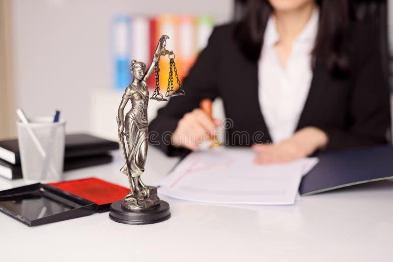 Figurilla de Themis - la diosa de la justicia en el escritorio del abogado fotos de archivo libres de regalías
