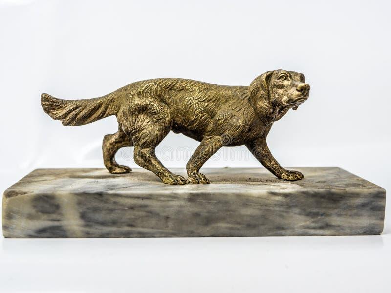 Figurilla de un perro hecho del bronce fotografía de archivo