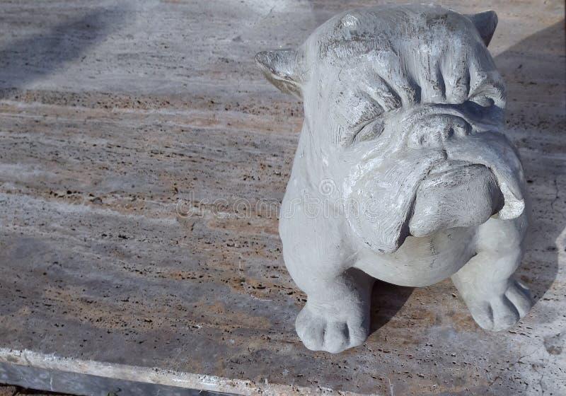 Figurilla de un perro hecho de piedra en la calle por la tarde Rusia Sochi 04 28 2019 foto de archivo libre de regalías