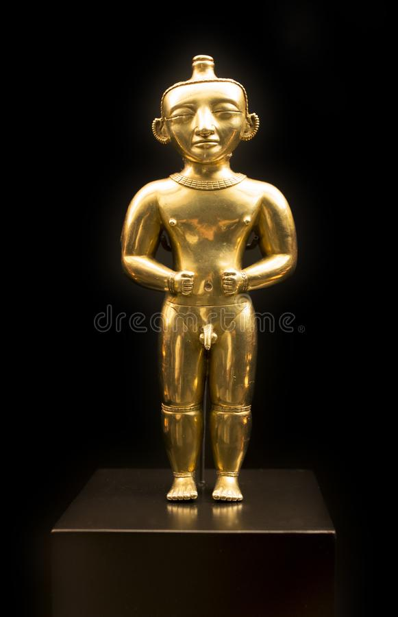 Figurilla masculina de la situación del cacique del tesoro de Quimbayas del oro foto de archivo