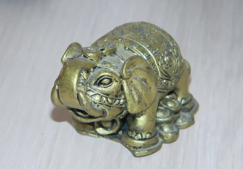 Figurina bronzea dell'elefante con un tronco alzato fotografia stock libera da diritti