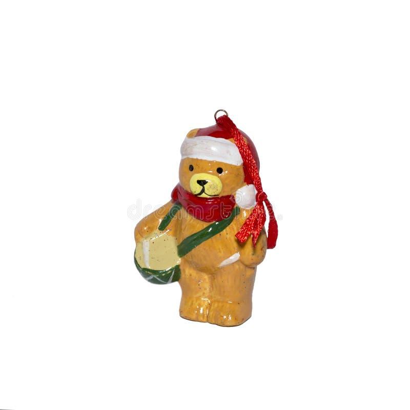 Figurina decorativa dell'argilla di un cucciolo di orso con un tamburo Isolato su priorità bassa bianca fotografia stock