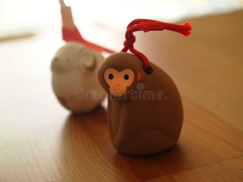 Figurina del giapponese delle pecore e della scimmia immagini stock libere da diritti