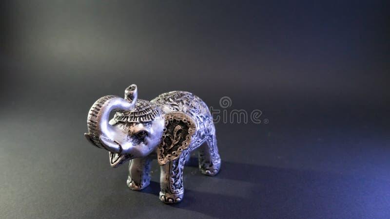 Figurina dell'elefante indiano su fondo nero Grey Figure Simbolo della statua di feng shui per buona fortuna Decorazione domestic fotografia stock