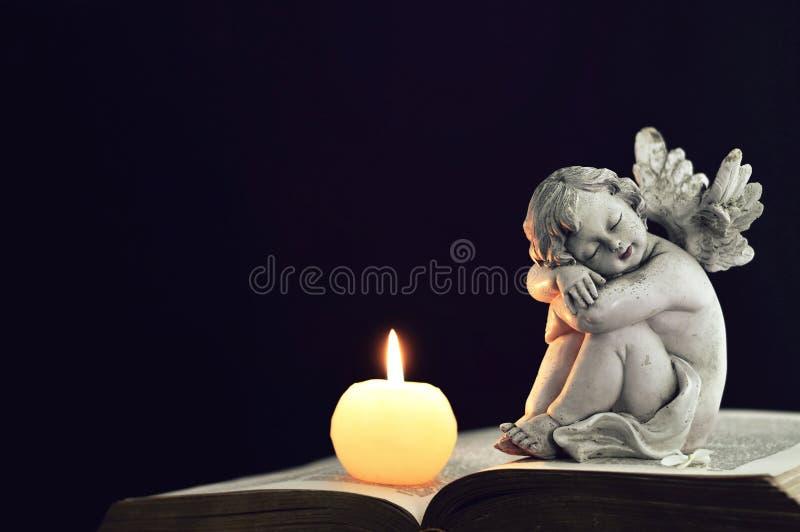 Figurina di angelo e della candela fotografia stock libera da diritti