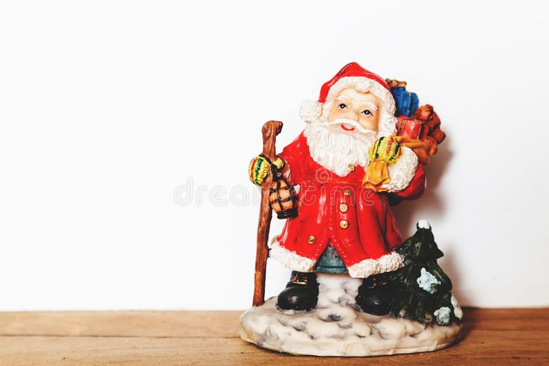 Figurina di Santa Claus su un primo piano bianco del fondo fotografie stock libere da diritti