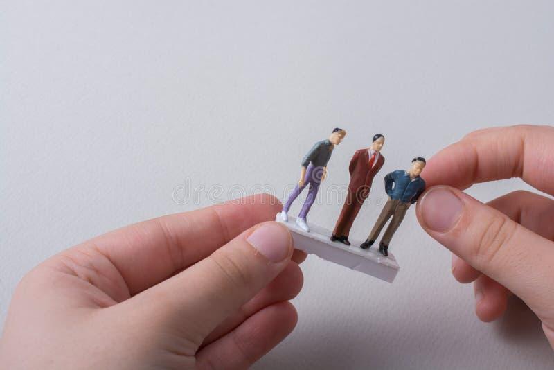 Figurina minuscola del modello dell'uomo in vista fotografia stock libera da diritti