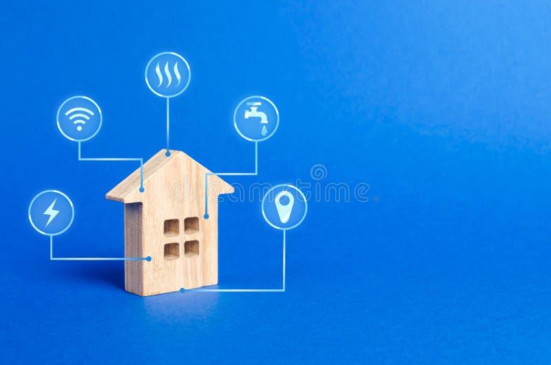 Figurine дома и значки символов коммунальных услуг Выбирающ дом для покупки, определяющ цену и состояние здания стоковое фото rf