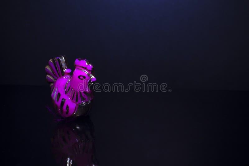 Figurine петуха на темной предпосылке стоковые фото