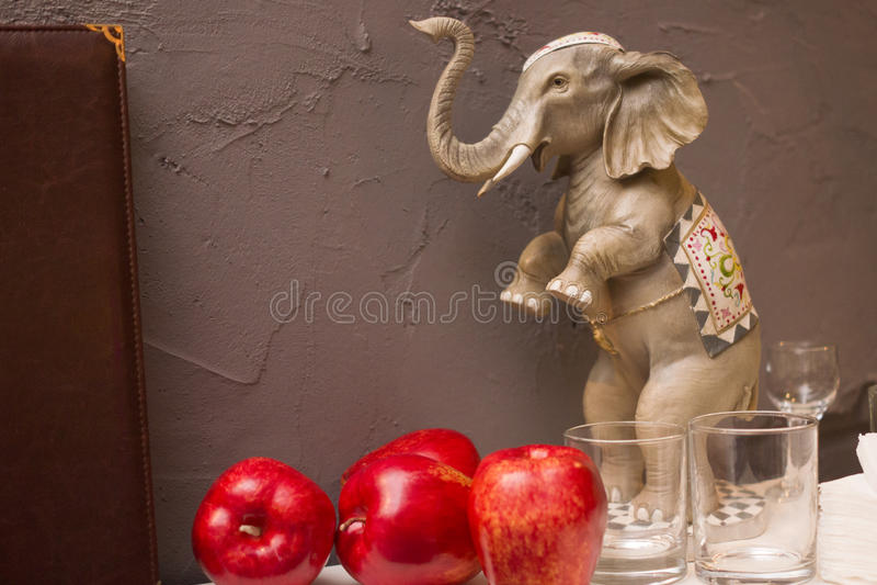 Figurine слона на стене предпосылки стоковое фото rf