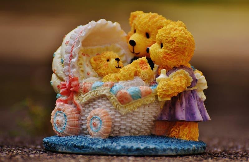 Плюшевые медвежоата наблюдая над Figurine плюшевого медвежонка младенца стоковая фотография