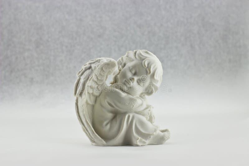 Figurine белого ангела сидя стоковые фото