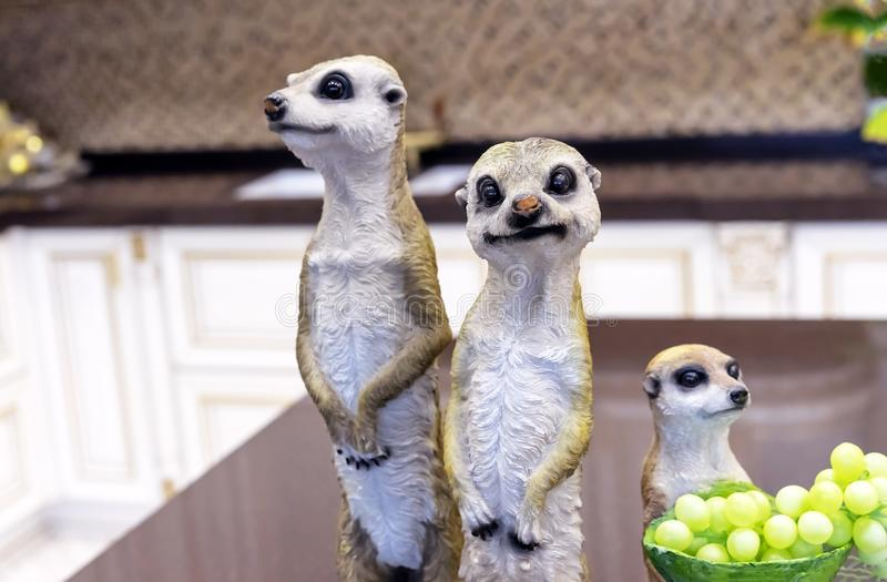 Figurine ceramiche dei meerkats nell'interno domestico immagine stock
