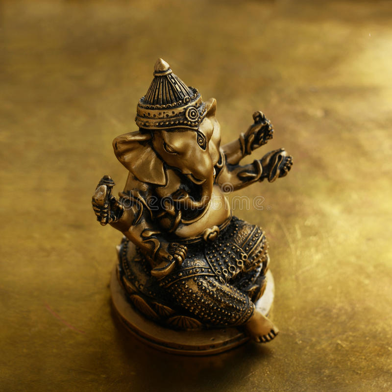 Figurine de bronze de Ganesha au-dessus de fond d'or photo libre de droits