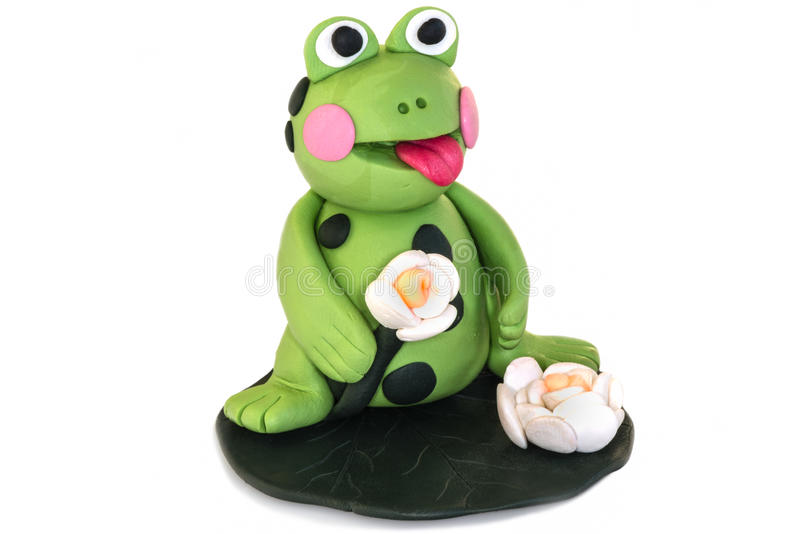 Figurine de grenouille faite d'argile de polymère sur un fond blanc images libres de droits