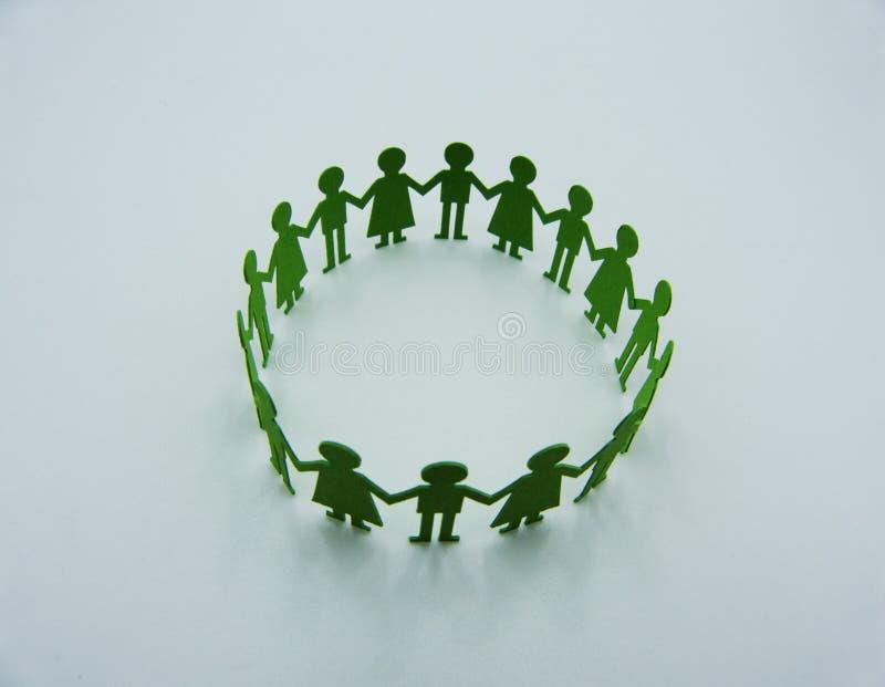 Figurine de papier d'enfants faire une danse circulaire sur le fond blanc images libres de droits
