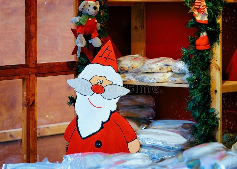 Figurine de Santa Claus à la stalle du marché de Noël en Kaiser Wilhelm Memorial Church en hiver Berlin, Allemagne Advent Fair De images libres de droits
