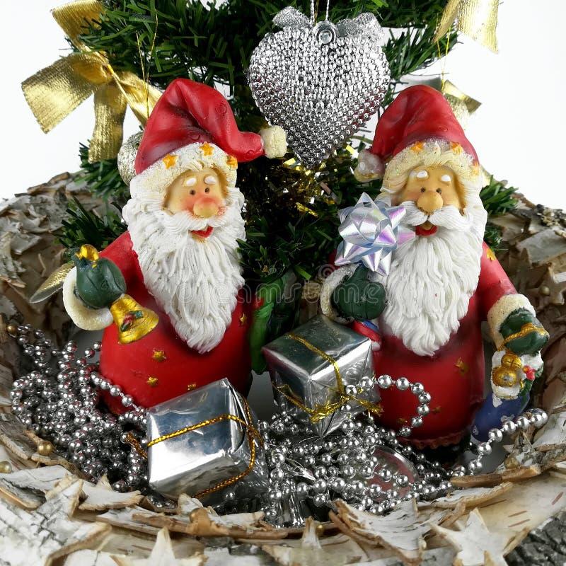 Figurine des deux père noël et mini arbres de Noël photos libres de droits