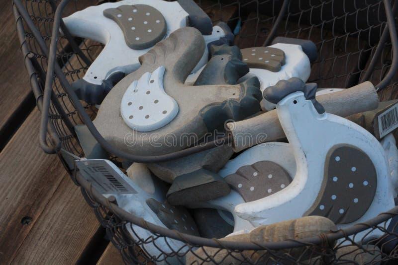Figurine di legno dei galli immagini stock libere da diritti