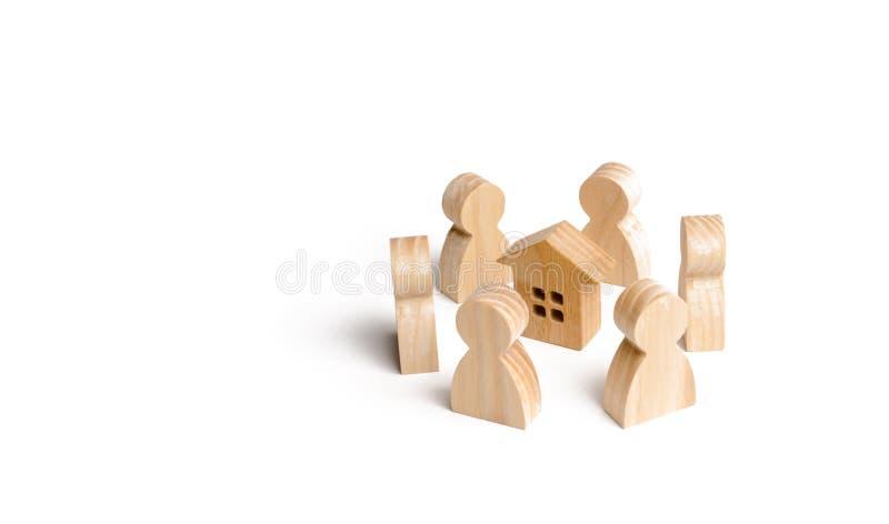 Figurine di legno del supporto della gente intorno alla casa Ricerca di nuova casa e di un bene immobile Comprando o vendendo una immagini stock libere da diritti