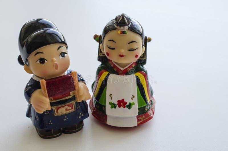 Figurine di un ragazzo e di una ragazza in costumi nazionali della Corea del Sud fotografia stock libera da diritti