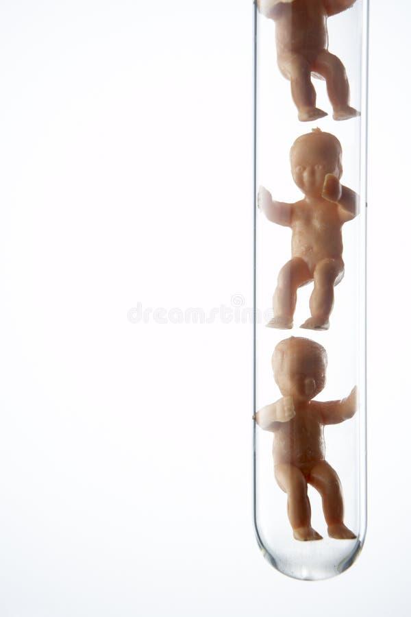 Figurine do bebê em uma câmara de ar de teste imagem de stock