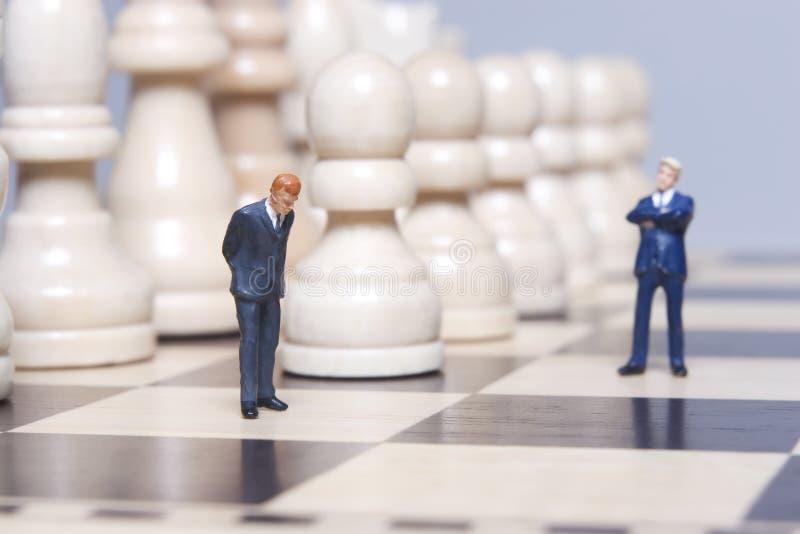 Figurine e scacchi di affari fotografia stock libera da diritti