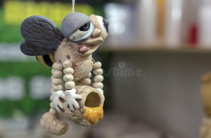 Figurine en céramique d'abeille dans un magasin de miel images libres de droits