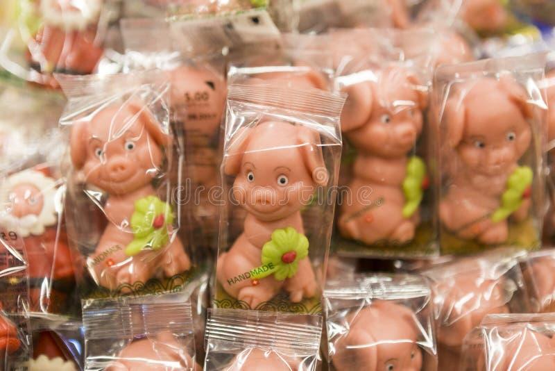 Figurine fatte a mano del cioccolato e del marzapane del maiale immagini stock libere da diritti