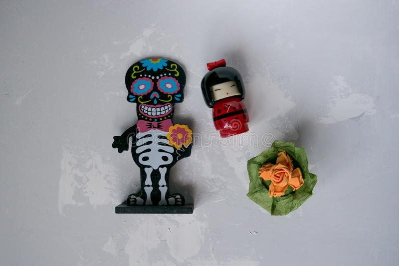 Figurine squelettique avec des fleurs images libres de droits