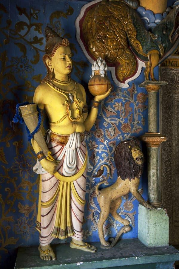 Figurines à moins d'un des temples plus petits dans le temple de la relique sacrée de dent à Kandy, Sri Lanka photographie stock