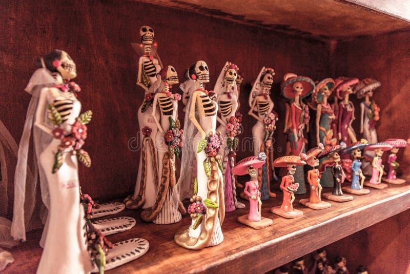 Figurines невест свадьбы на полке стоковое изображение rf