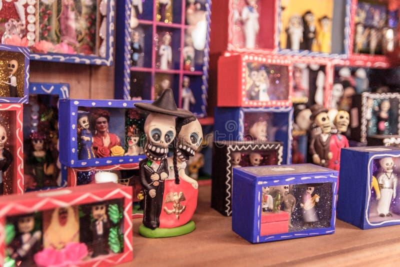 Figurines ремесленника мексиканские на полке стоковые изображения rf