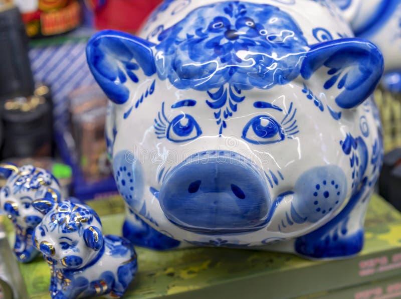 Figurines фарфора свиньи и 2 поросят сделанных в русском стиле Gzhel стоковые изображения