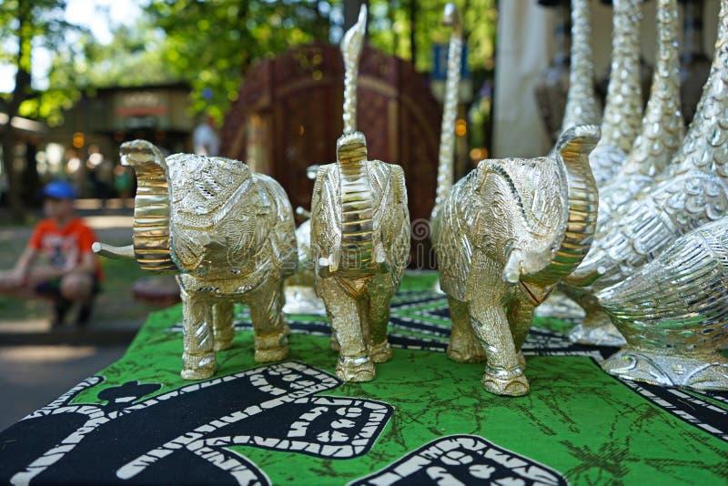 Figurines décoratives argentées d'un éléphant d'Asie dans un magasin de rue photo libre de droits
