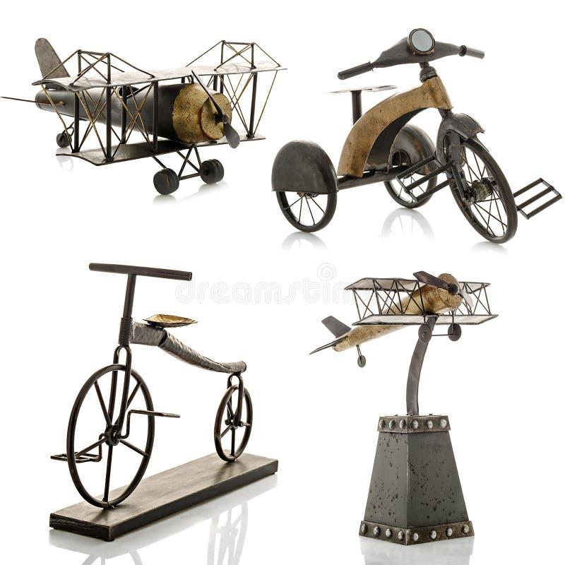 Figurines décoratives, statuette d'une bicyclette et un avion, accessoires image libre de droits