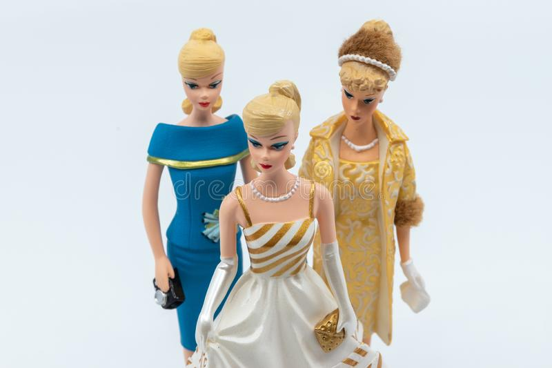 Figurines de Barbie de cru sur le fond blanc photos libres de droits