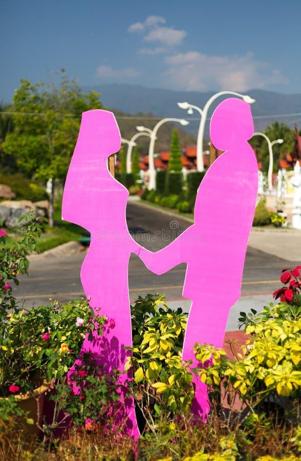 Figurines des amants dans un jardin botanique photographie stock
