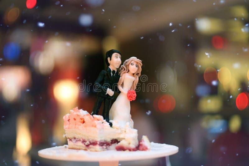 Figurines des jeunes mariés sur un mariage photo libre de droits